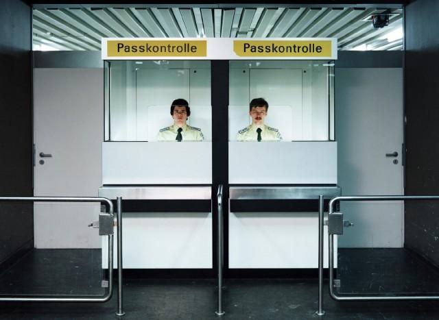 Паспортный контроль, 1982. Фотограф Андреас Гурски