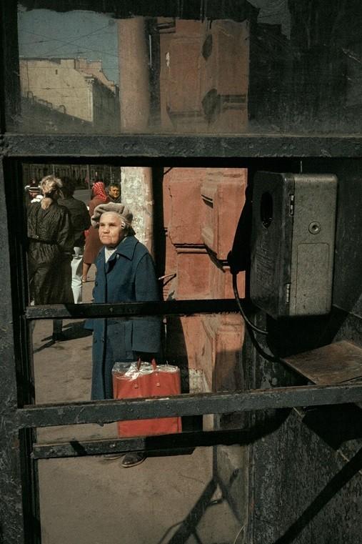 Красная сумка, Ленинград, 1990 год. Фотограф Борис Савельев