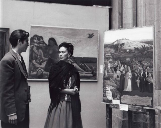 Фрида Кало и Артуро Эстрада на выставке картин, 1944. Фотограф Лола Альварес Браво