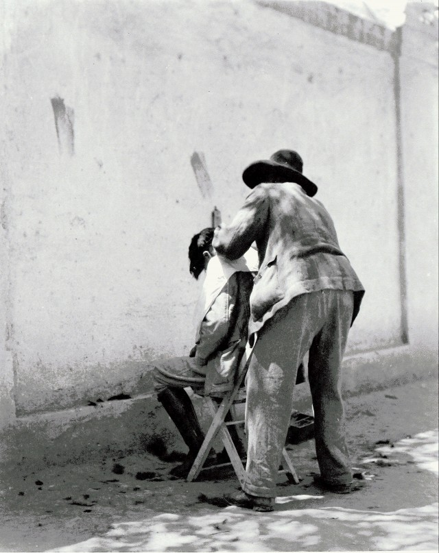 Парикмахер, 1924. Фотограф Мануэль Альварес Браво