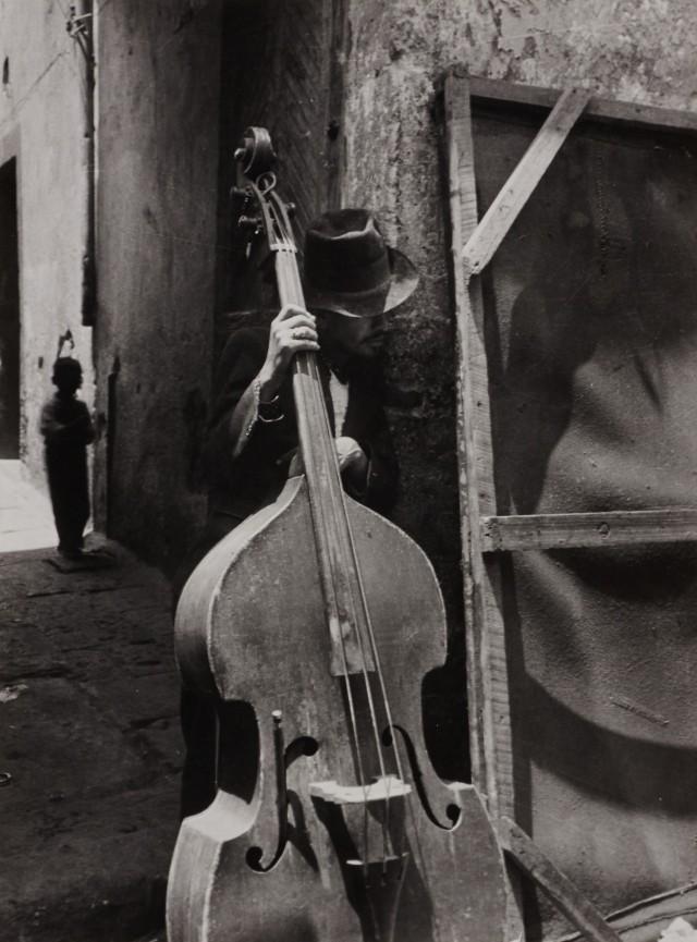 Человек с контрабасом, 1950-е. Фотограф Лола Альварес Браво