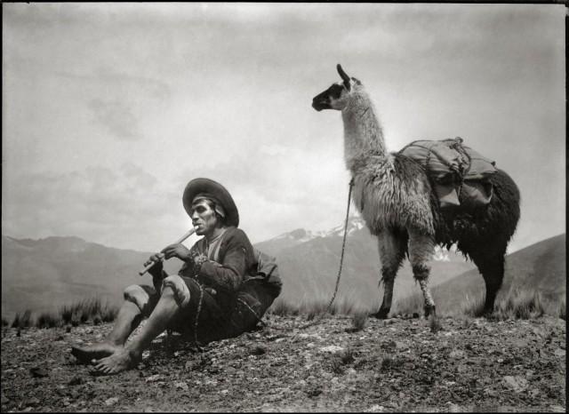 Игра на кене, флейте перуанских индейцев. Фотограф Мартин Чамби