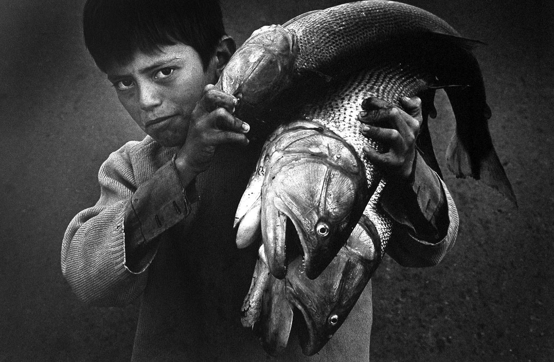 Мальчик с рыбой. Фотограф Педро Луис Раота