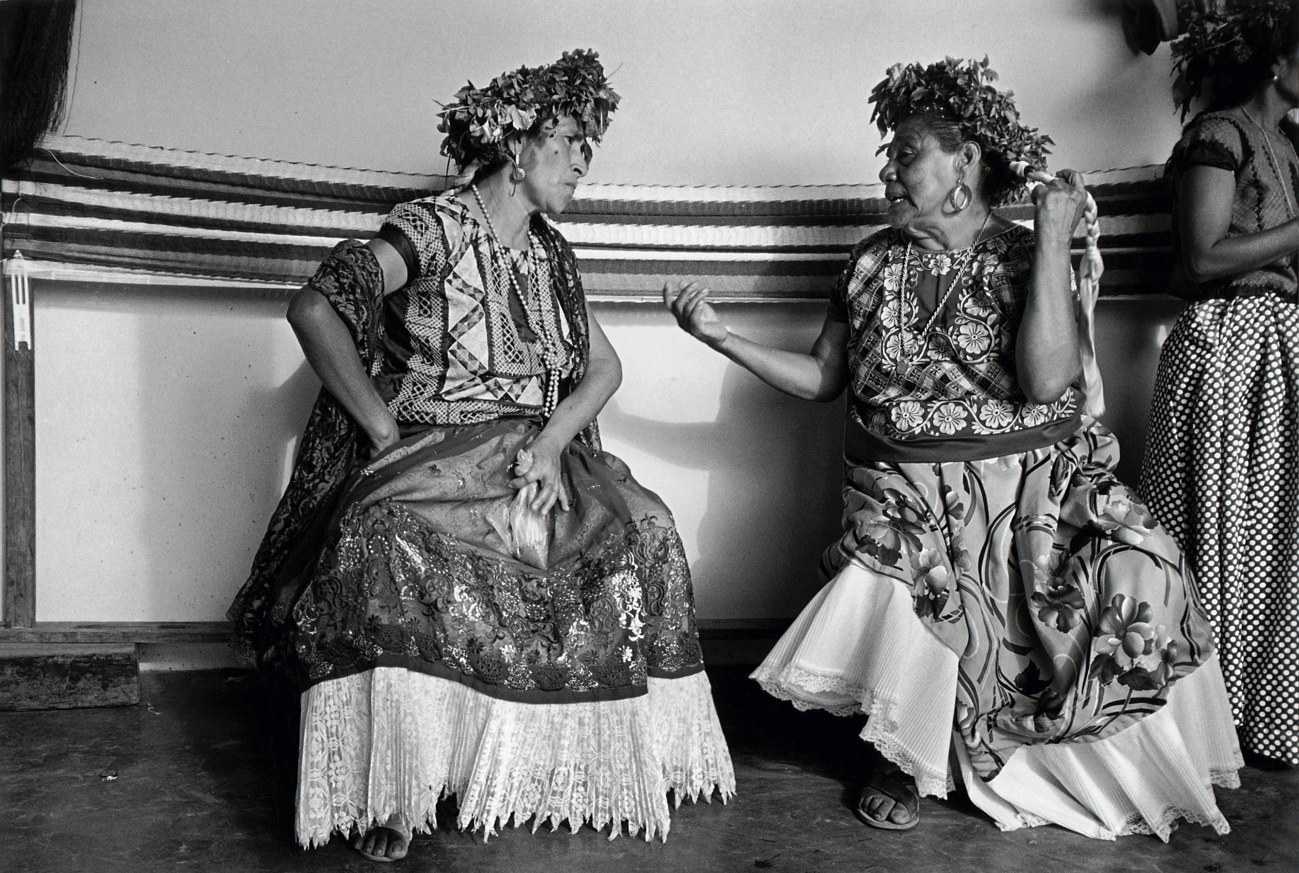 Беседа, Хучитан, Мексика, 1986. Фотограф Грасьела Итурбиде