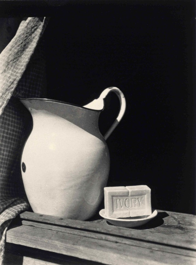 Кувшин и мыло, 1925. Фотограф Консуэло Канага