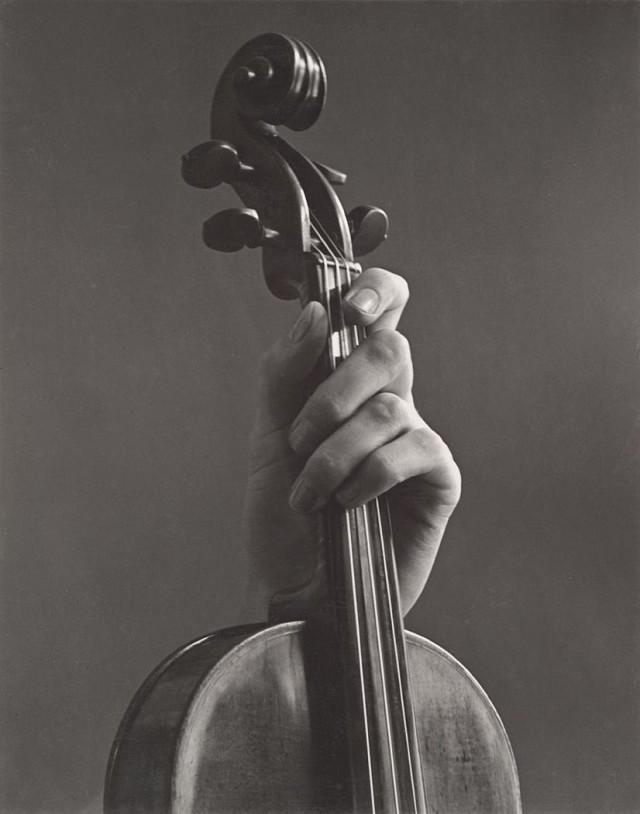 Рука и скрипка, 1936. Фотограф Соня Носковяк