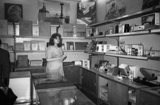 Фотомагазин, Ленинград, 1980-е. Фотограф Сергей Подгорков