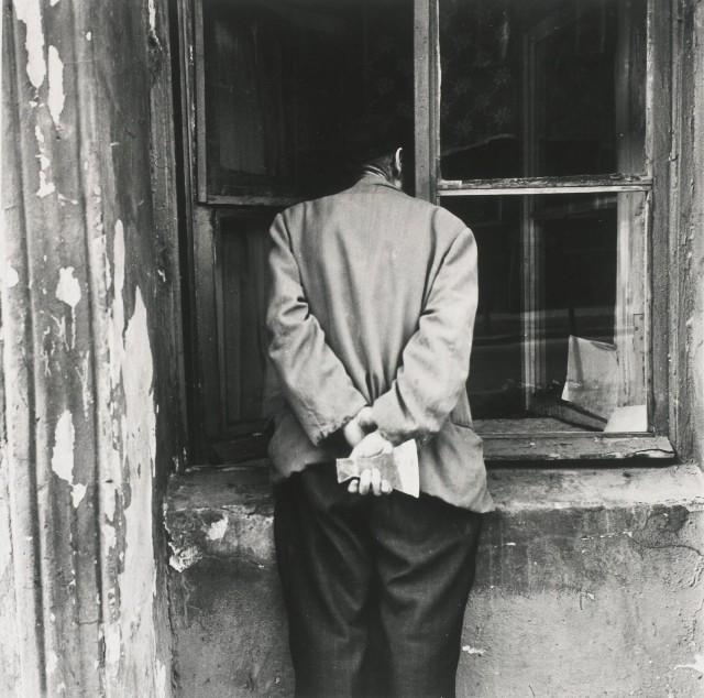 Человек с топором, Ленинград, 1975. Фотограф Борис Смелов