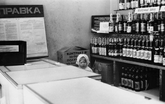 Интерьер винной лавки, Ленинград, 1970-е. Фотограф Сергей Подгорков