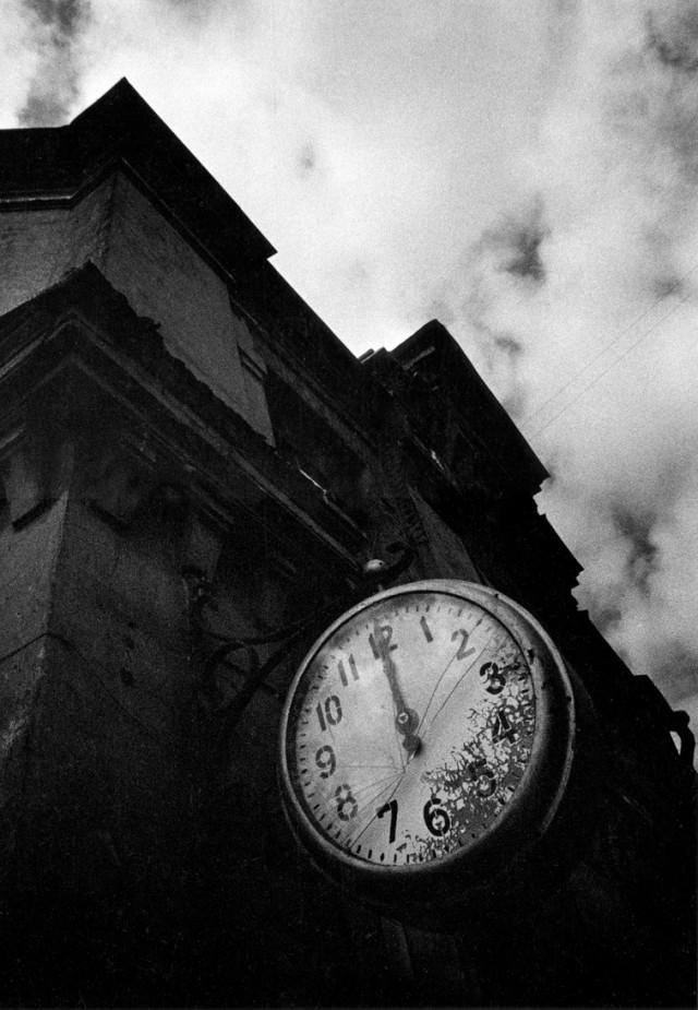 Разбитые часы, 1975. Фотограф Леонид Богданов