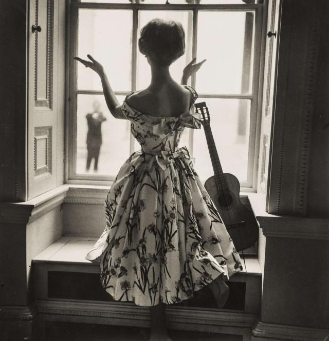 Женщина у окна смотрит на мужчину. Норман Паркинсон