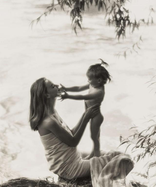 Нена Шлебрюгге с ребёнком на реке Темзе, для рекламы мыла «Dove». Норман Паркинсон