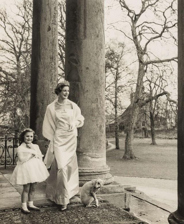 Герцогиня с дочерью и псом породы уиппет. Норман Паркинсон