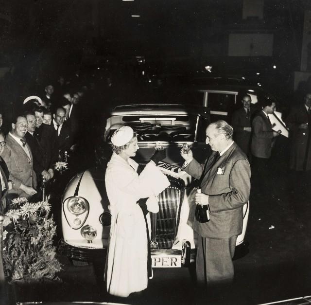 Нора Докер с мужем и их роскошный «Даймлер». Норман Паркинсон