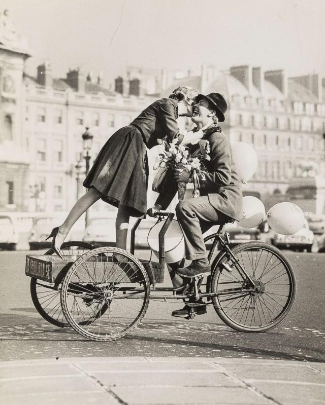 Пара на велосипеде с тюльпанами. Норман Паркинсон