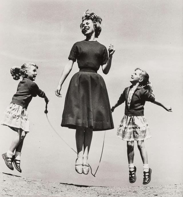 Модель Энни Грирсон и девочки Бринд для рекламы хлеба в журнале Womans Own, 1959. Норман Паркинсон