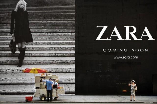 Продавец хот-догов и рекламный щит Zara. Нью-Йорк, 2008. Фотограф Натан Двир