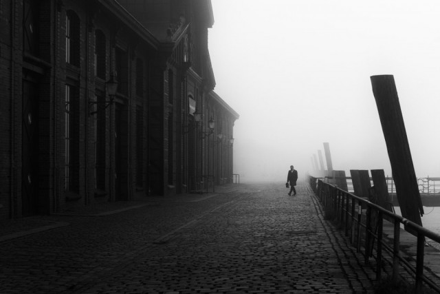 Прогулка в туман. Альтона, Гамбург, Германия. Фотограф Александер Шёнберг
