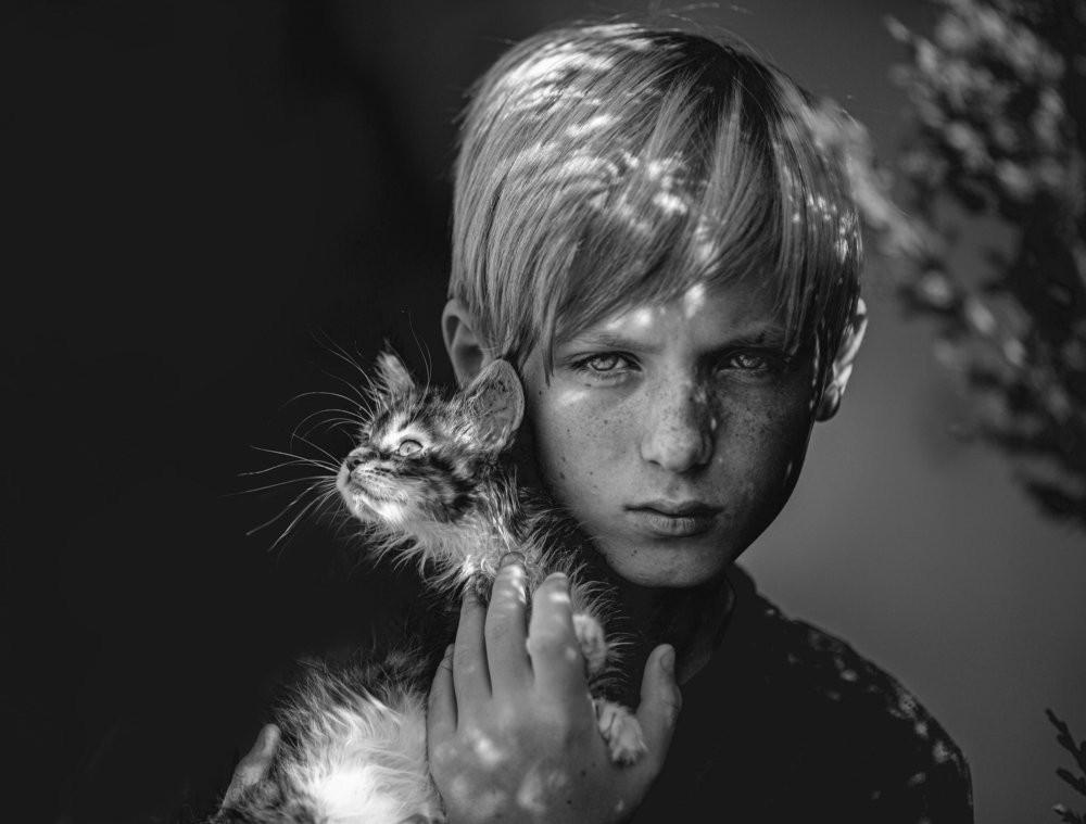 Мальчик с котёнком. Фотограф Анна Виноградова