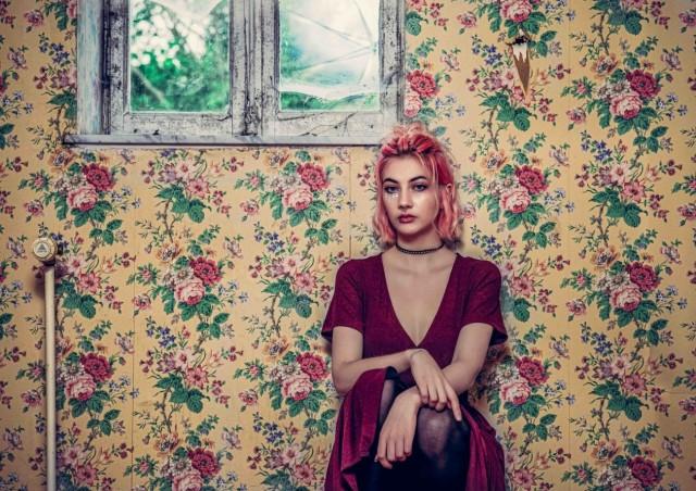 Поощрительная премия в категории «Обворожительные лица и персонажи», 2020. Портрет девушки на фоне цветастых обоев в заброшенном особняке в Бельгии. Автор Дэвид Дегелин
