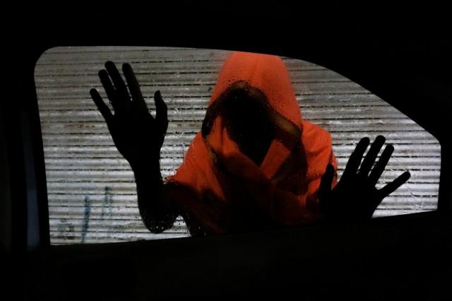 2 место в категории «До 20 лет», 2020. Женщина заглядывает в автомобили в поисках своих детей. Праяградж, Индия. Автор Шридаршан Шукла