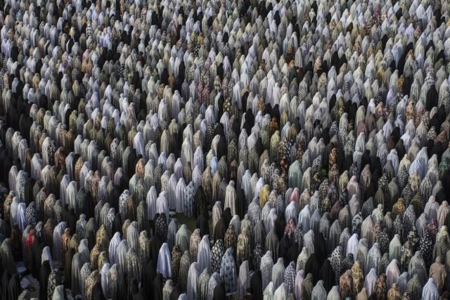 1 место в категории «Путешествия и приключения», 2020. Мусульманки за праздничной молитвой в Хамадане, Иран. Автор Амирмахди Наджафлу Шахпар