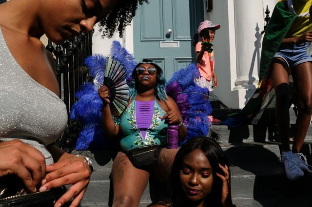 1 место в категории «Уличная фотография», 2020. Лондонцы на ступенях дома в районе Ноттинг-Хилл. Автор Олеся Ким