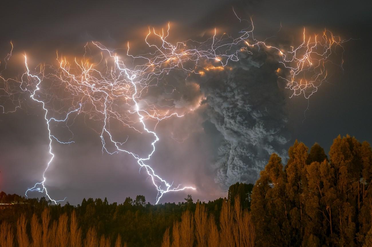2 место в категории «Красота природы», 2020. Буря во время извержения вулкана Кордон-Каулле. Автор Франсиско Негрони