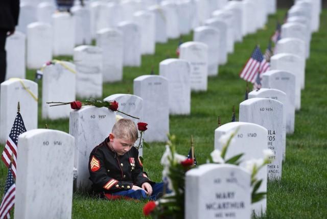 2 место в категории «Документальное фото и фотожурналистика». 7-летний Кристиан Джейкобс у надгробия отца в Арлингтоне. Автор Мэтт МакКлейн