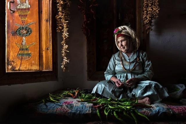 3 место в категории «Путешествия и приключения». Женщина в турецкой деревне сушит перец на зиму. Автор Ф. Дилек Уяр