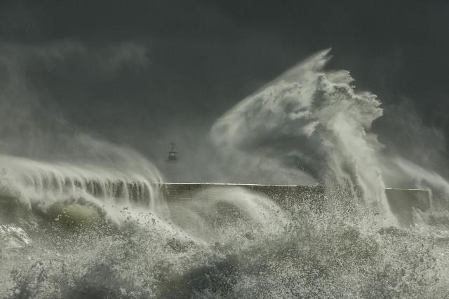 Поощрительная премия в категории  «Красота природы». Шторм в гавани Ньюхейвена в Восточном Суссексе, Англия. Автор Эдвард Хайд