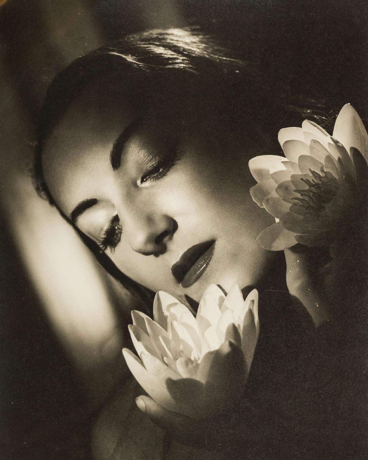 Марика Ривера с цветами. Ангус МакБин