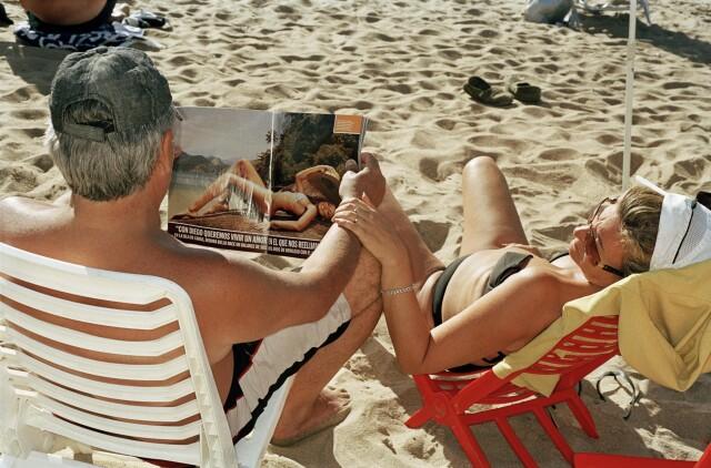 «Читать и загорать». Пунта-дель-Эсте, Уругвай, 2006. Фотограф Мартин Парр