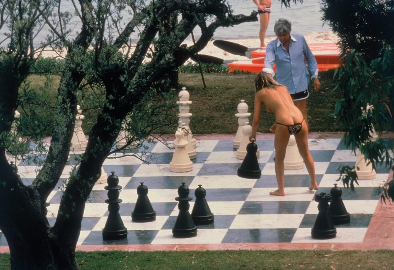 Гунтер Закс играет в шахматы со своей подругой. Сен-Тропе, Франция, 1978. Фотограф Эллиотт Эрвитт