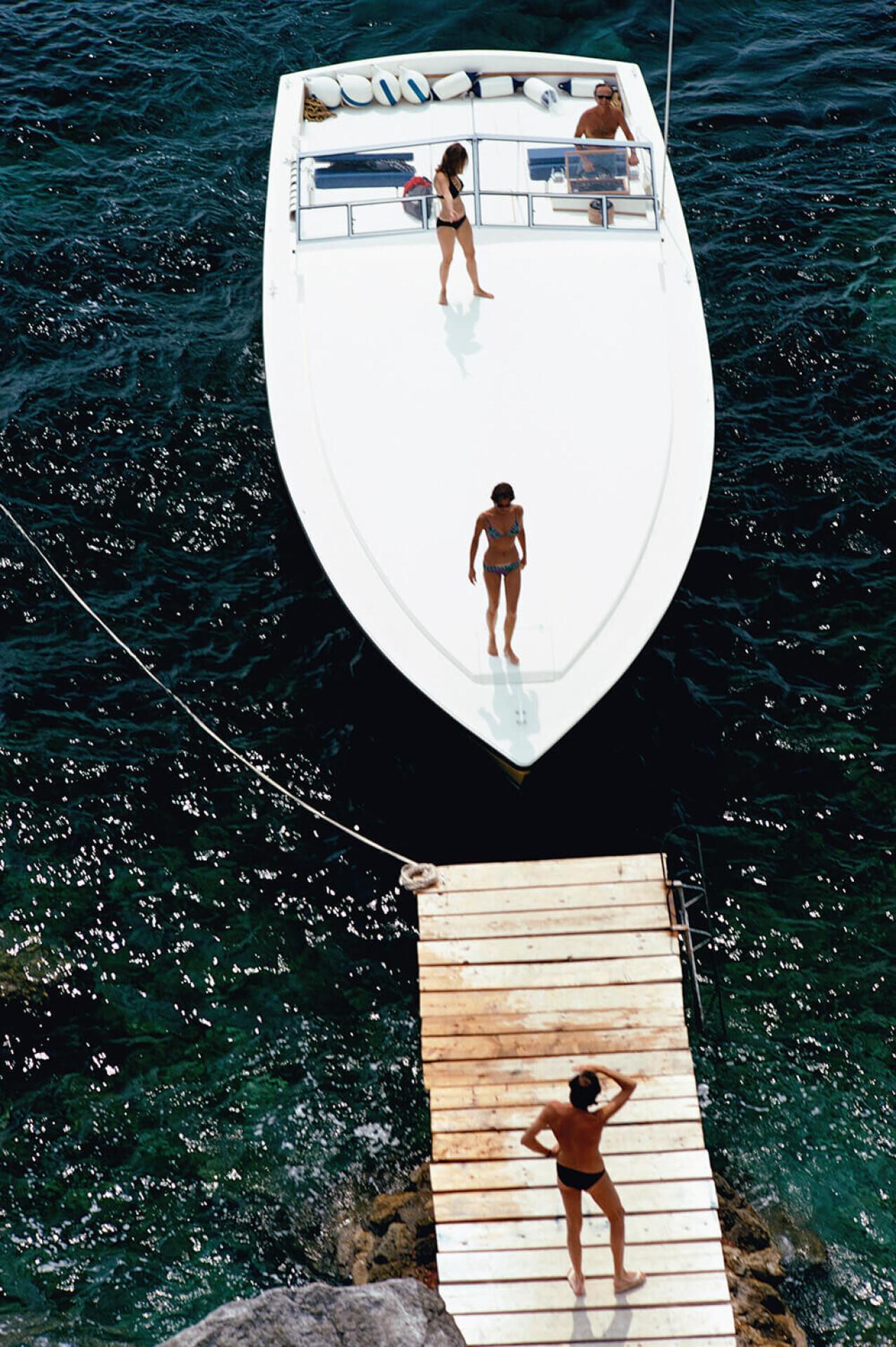 Моторная лодка у частного причала Hotel Il Pellicano в Порто-Эрколе, Италия, 1973. Фотограф Слим Ааронс