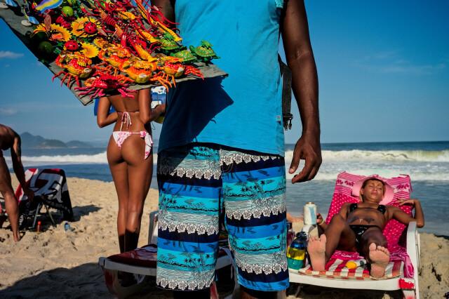 Продавец магнитиков на пляже в Рио-де-Жанейро. Фотограф Дэвид Алан Харви