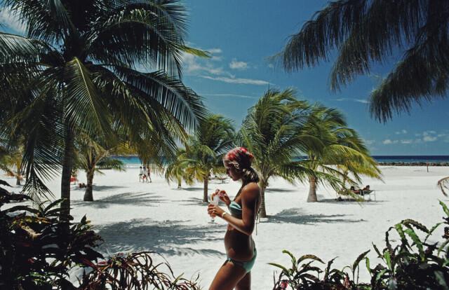 Сара Марсон Уильямс на пляже. Барбадос, 1976. Фотограф Слим Ааронс