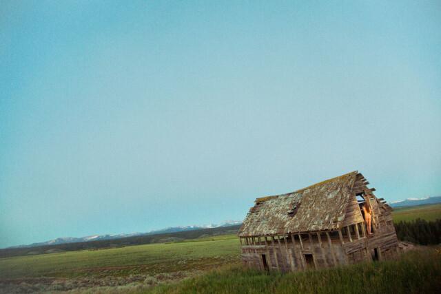 Перекошенный сарай, 2012 год. Фотограф Райан МакГинли