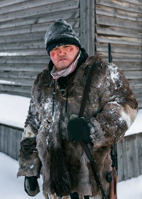 Популярный блогер Алексей Михайлов в эпизодической роли сельского пьяницы на съёмках фильма «Чёрный снег». Фотограф Алексей Васильев