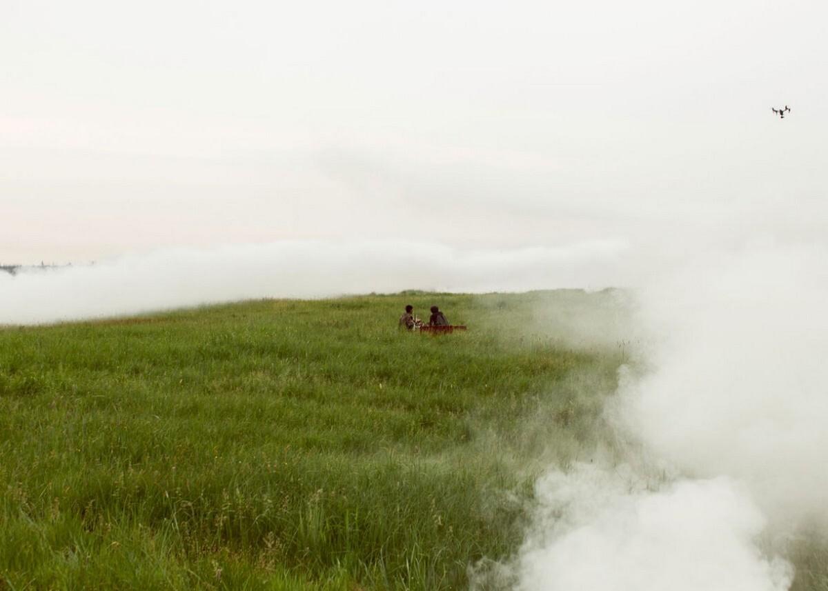 Использование дымовых шашек на съёмках фильма ужасов «Проклятая земля». Фотограф Алексей Васильев