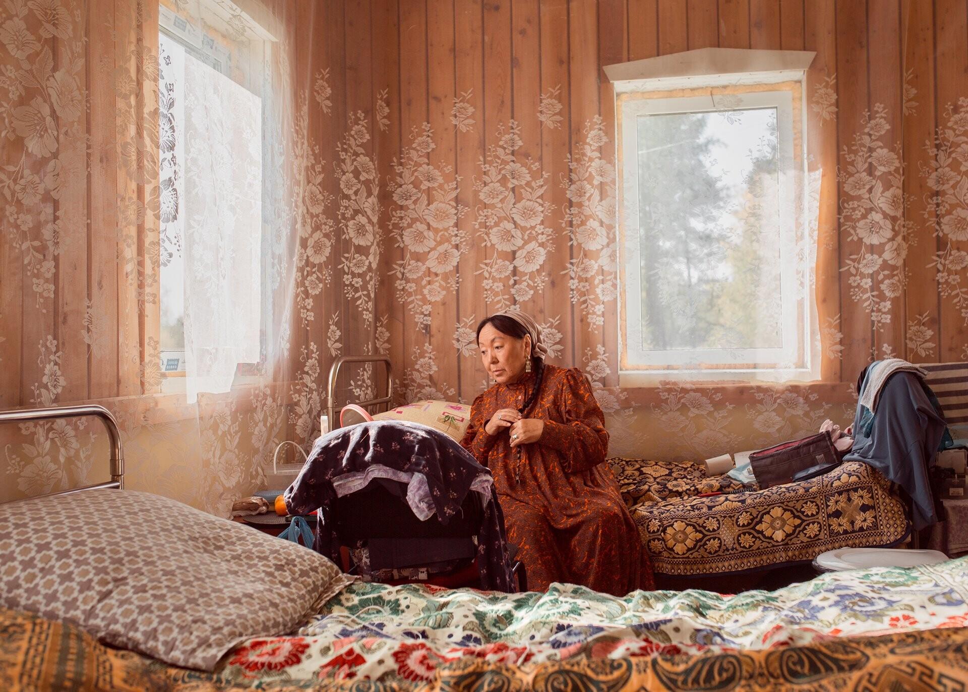 Актриса театра Изабелла Николаева в общежитии готовится к съёмкам исторической комедии по мотивам произведения якутского писателя Николая Неустроева. Фотограф Алексей Васильев