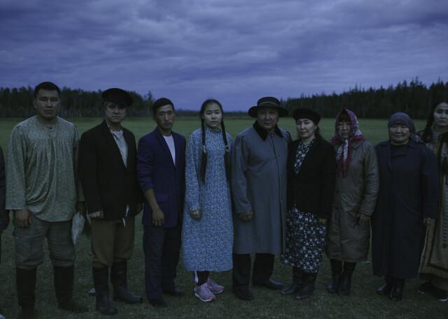 Жители села Магарас, участвовавшие в съёмках мистической драмы «Проклятая земля», позируют для группового снимка. Фотограф Алексей Васильев