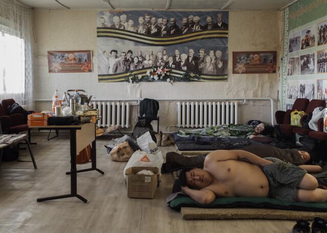 Съёмочная группа отдыхает в здании клуба села Магарас Горного улуса. Фотограф Алексей Васильев