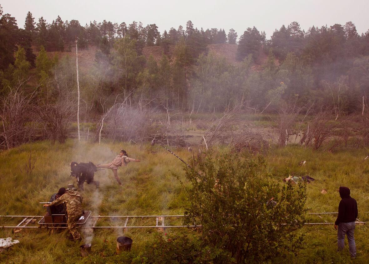 Схватка положительных героев со злым духом в сказке «Бэйбэрикээн». Фотограф Алексей Васильев