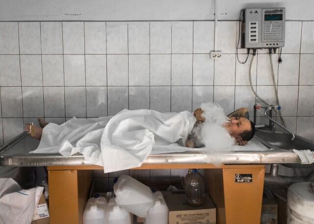 Василий Слепцов, сыгравший труп в морге, курит вейп между дублями на съёмках кино. Фотограф Алексей Васильев
