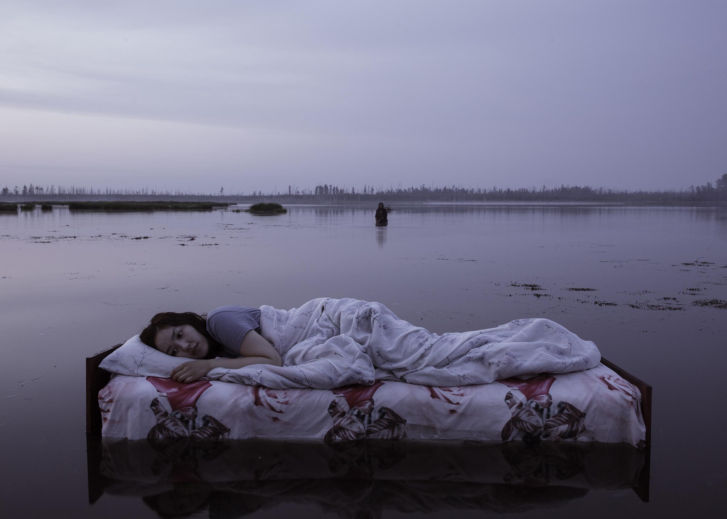 Кровать на озере. Из сцены сновидения главной героини мистической драмы «Проклятая земля». Фотограф Алексей Васильев