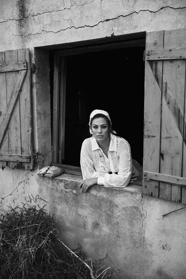 Эшли Грэм в окне, Vouge Paris, 2018. Фотограф Лахлан Бейли