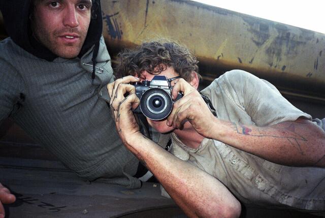 «Я и Пол Шик едем по прибрежному маршруту из Окленда в Лос-Анджелес, Калифорния». 2006 год. Фотограф Майк Броди
