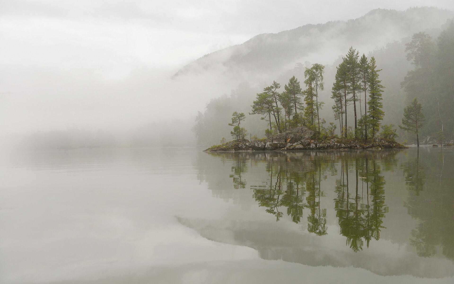 Алтайский заповедник. Туманное утро на Телецком озере. Фотограф Игорь Шпиленок