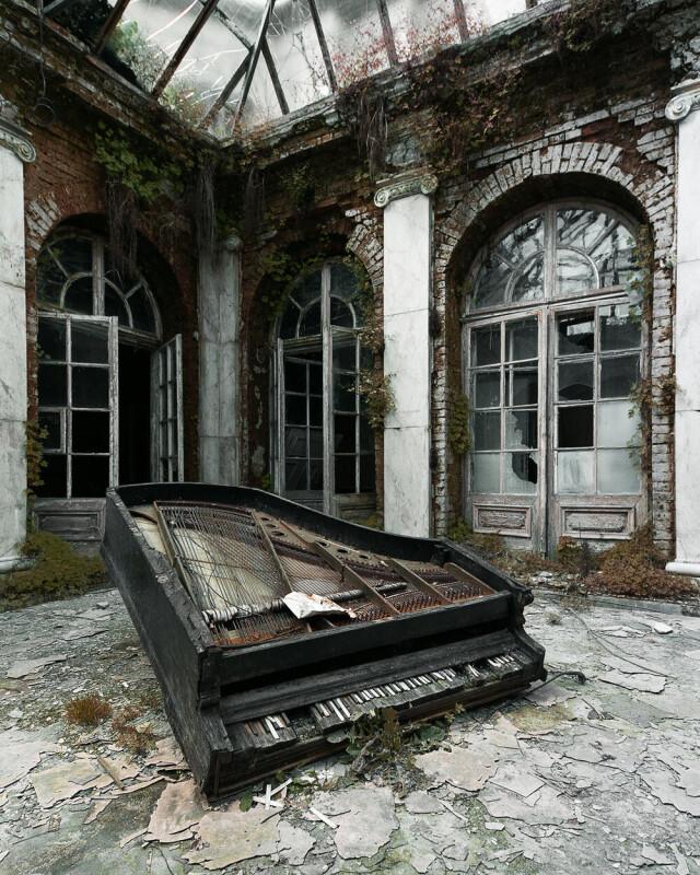 Хрупкость. Старый рояль в особняке Польши. Фотопроект Киммо Пархиала и Тани Палмунен «Заброшенная Скандинавия»